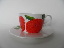 Primavera -kahvikuppi ja aluslautanen punainen