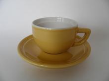 Oliivi espressokuppi ja lautanen keltainen