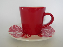 Espressokuppi ja lautanen punainen Iittala