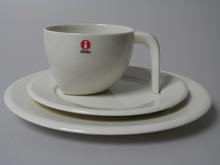 Ego kahvikuppi ja kaksi lautasta