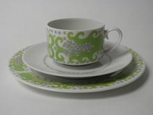 Esmeralda kahvikuppi ja kaksi lautasta