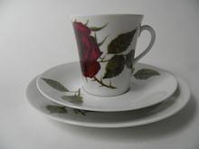 Ruusu kahvikuppi ja kaksi lautasta