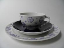 Kide kahvikuppi ja kaksi lautasta Arabia