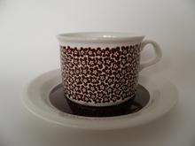Faenza ruskeakukkainen teekuppi ja aluslautanen Arabia MYYTY
