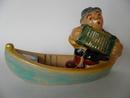 Haitarinsoittaja veneessä Kupittaan savi MYYTY