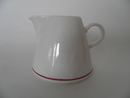 Harlekin Red Hat Creamer